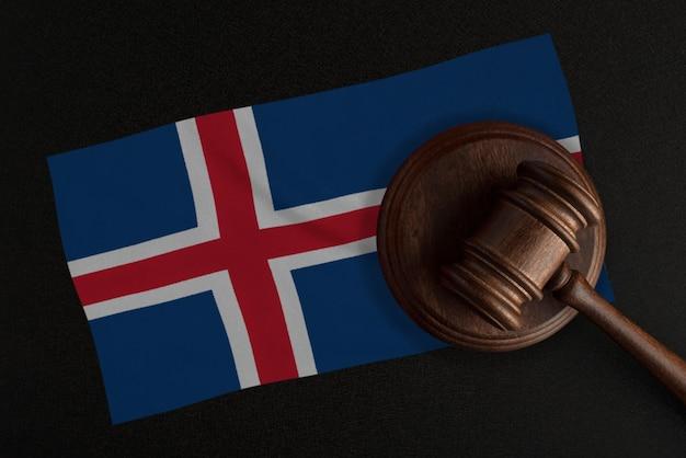 Sędziowie młotek i flaga islandii. prawo i sprawiedliwość. prawo konstytucyjne.