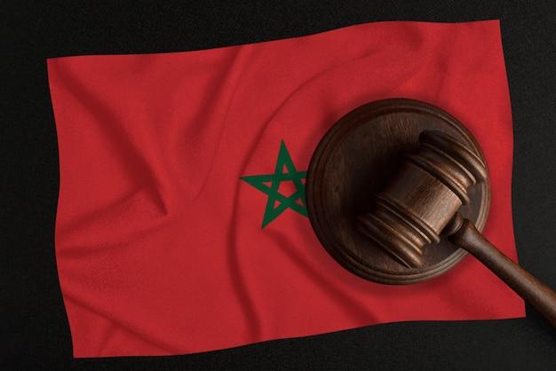 Sędziowie młotek i flaga maroka. prawo i sprawiedliwość. prawo konstytucyjne.
