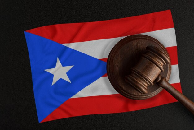 Sędziowie młotek i flaga portoryko. prawo i sprawiedliwość. prawo konstytucyjne