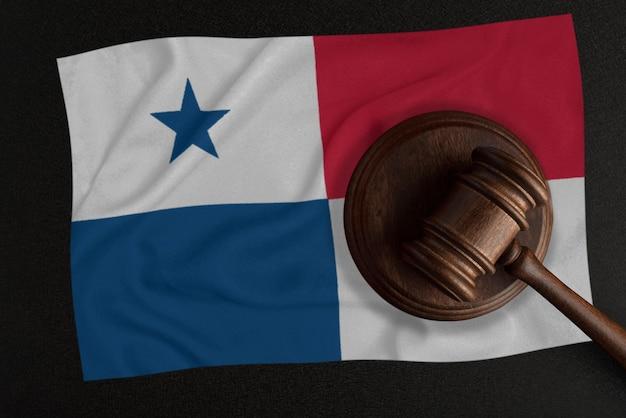 Sędziowie młotek i flaga republiki panamy. prawo i sprawiedliwość. prawo konstytucyjne