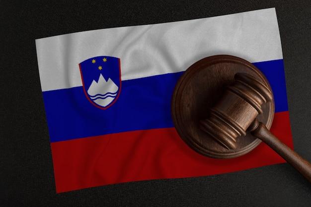 Sędziowie młotek i flaga słowenii. prawo i sprawiedliwość. prawo konstytucyjne.