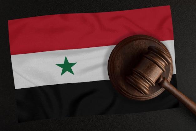 Sędziowie młotek i flaga syrii. prawo i sprawiedliwość. prawo konstytucyjne.