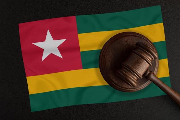 Sędziowie młotek i flaga togo. prawo i sprawiedliwość. prawo konstytucyjne
