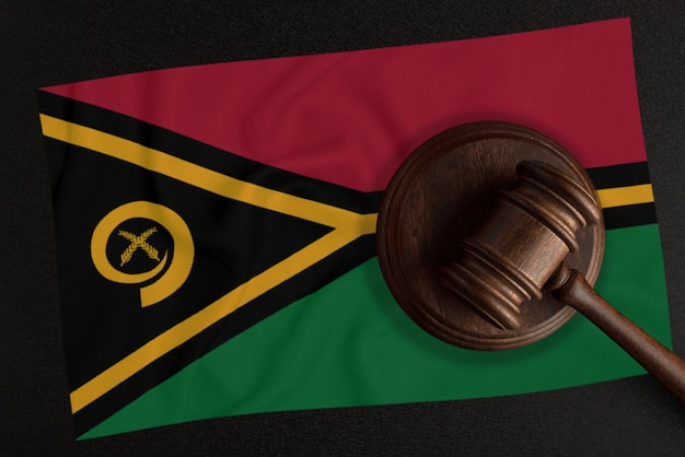 Sędziowie młotek i flaga vanuatu. prawo i sprawiedliwość. prawo konstytucyjne.