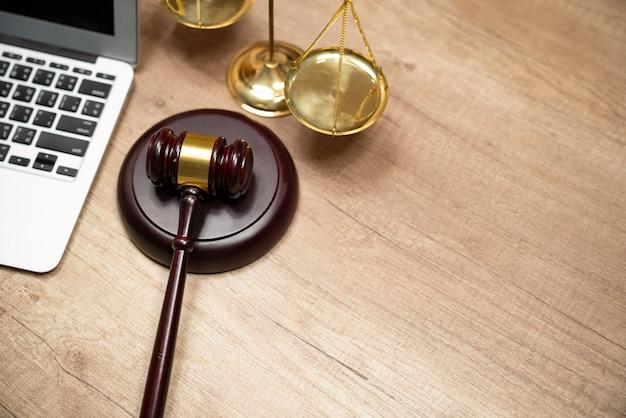 Sędziowie młotek i laptop.