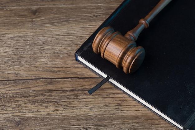 Sędziowie uderzają młotkiem w czarny folder