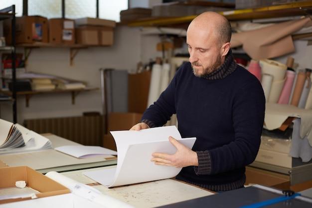 Segregator pracujący w magazynie