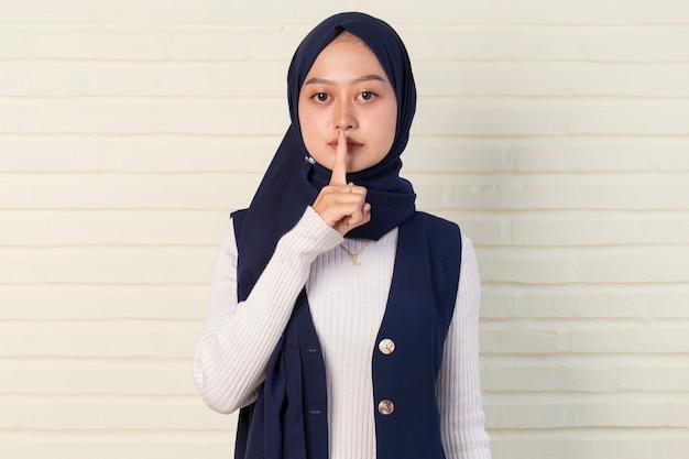 Sekretna młoda azjatycka muzułmanka w hidżabie