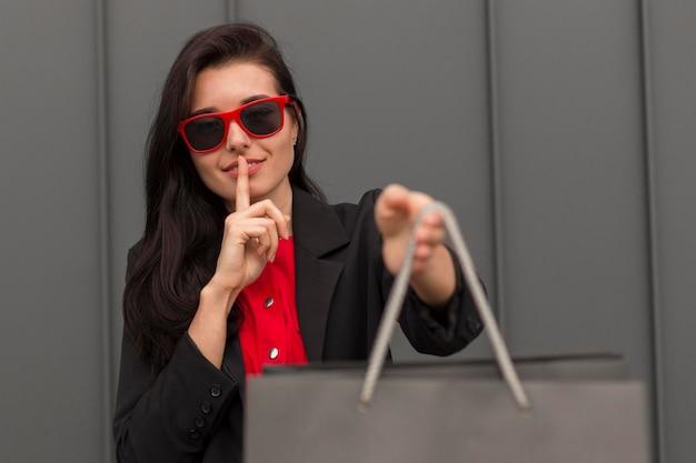 Sekretny cichy gest i torba na zakupy