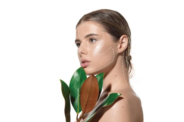 Sekrety młodości piękna młoda kobieta na białym tle studia kosmetyki i makijaż