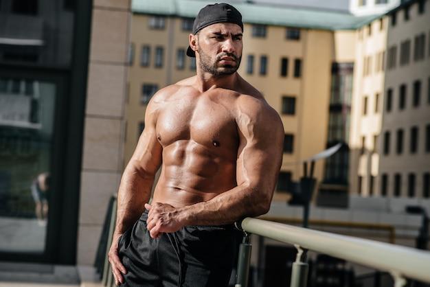Seksowna atleta stanowi topless. europa.
