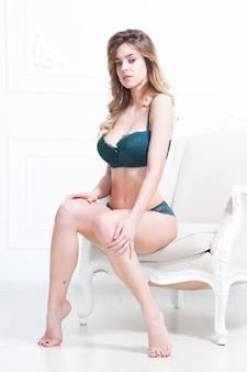 Seksowna atrakcyjna brunetka kobieta pozowanie w modnej bieliźnie w studio