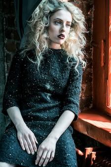 Seksowna blond kobieta w czarnej sukience