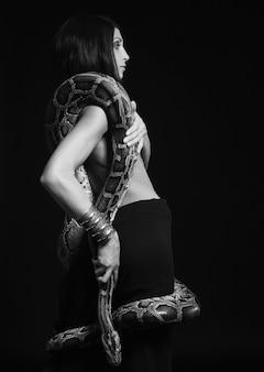 Seksowna brunetka gospodarstwa python