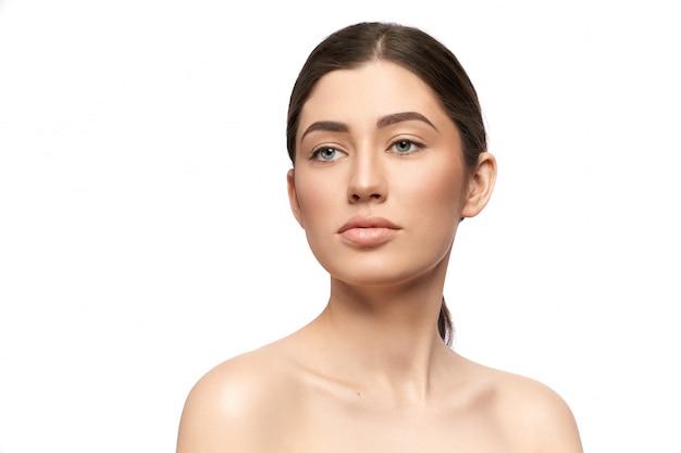 Seksowna brunetka o miękkiej skórze i bez makijażu