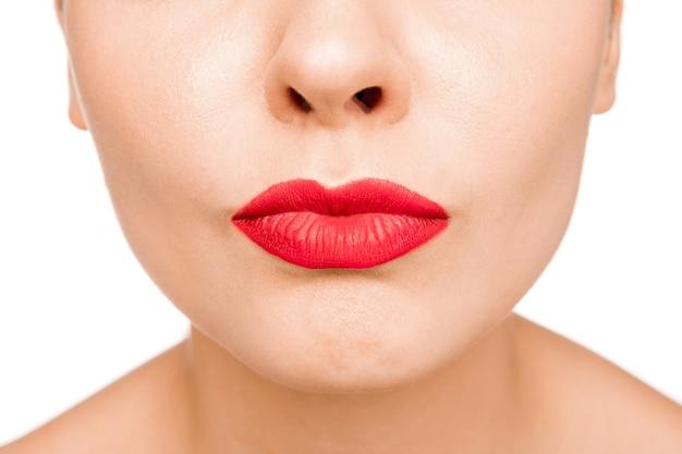 Seksowna czerwona warga. close-up piękne usta. makijaż. model uroda zbliżenie twarzy kobiety