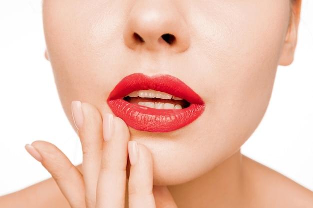 Seksowna czerwona warga. close-up piękne usta. makijaż. zbliżenie twarzy kobiety