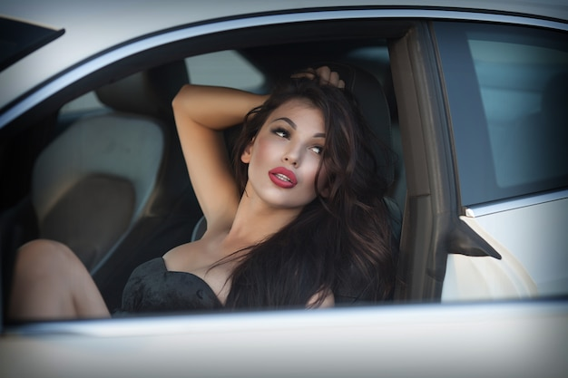 Seksowna dama w sportowym samochodzie