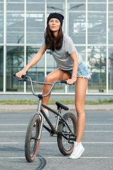 Seksowna dziewczyna na bicyklu