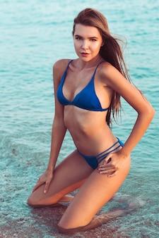 Seksowna dziewczyna w bikini