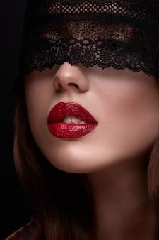 Seksowna dziewczyna z czerwonymi ustami i zamkniętymi oczami