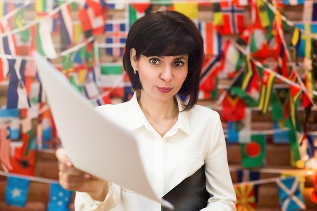 Seksowna flirtująca ładna sekretarka wyciąga dokumenty do podpisu