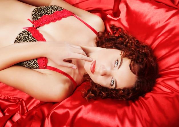 Seksowna kędzierzawa kobieta
