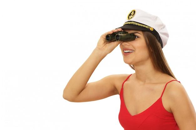 Seksowna kobieta jest ubranym żeglarz nakrętkę