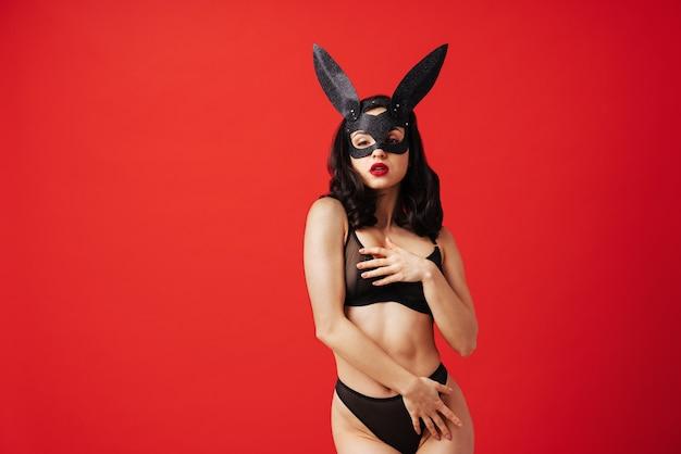 Seksowna kobieta o zmysłowym ciele robi erotyczne pozy ładna dziewczyna w bieliźnie