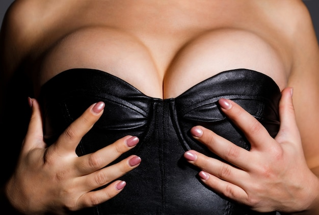 Seksowna kobieta, piersi, duże cycki. seksowny biustonosz typu boob. chirurgia plastyczna, implanty silikonowe.