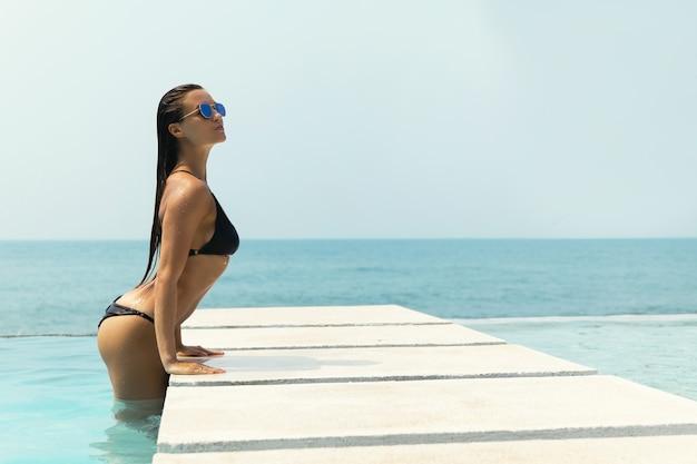 Seksowna kobieta relaksuje w basenie