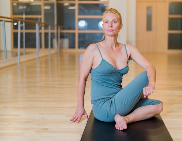 Seksowna kobieta robi joga na podłoga