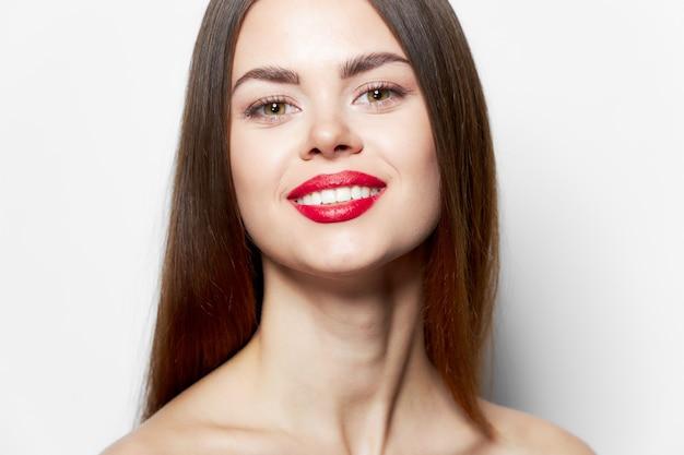 Seksowna kobieta szczęśliwy uśmiech nagie ramiona pielęgnacja ciała z przodu