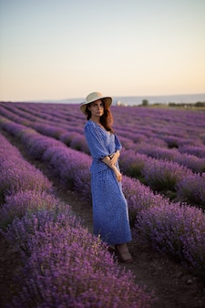 Seksowna kobieta w kwitnących lawendowych polach zachód słońca cieszący się przyrodą