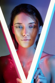 Seksowna kobieta w neonowym świetle w bieliźnie. neony i blask światła na twarzy dziewczyny.