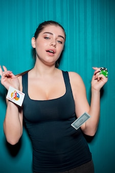 Seksowna kobieta z grzebak kartami