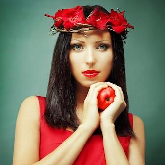 Seksowna kobieta z zdrowym jabłkiem