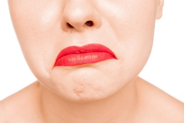 Seksowna matowa czerwona warga. close-up piękne usta. makijaż. model uroda zbliżenie twarzy kobiety