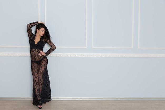 Seksowna młoda brunetka w czarnej koronkowej sukience