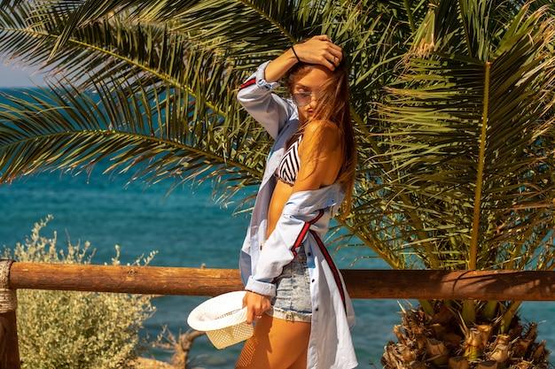 Seksowna młoda dziewczyna na morzu w tropikach