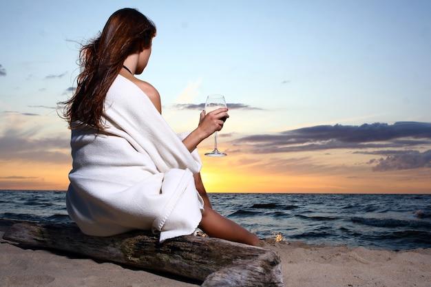 Seksowna młoda i piękna kobieta w plaży
