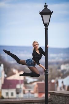 Seksowna młoda kobieta w stylu tańca w basenie taniec na świeżym powietrzu na ulicy