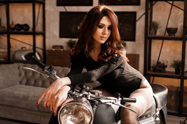 Seksowna młoda kobieta z motocyklem