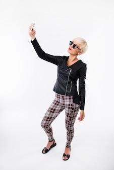 Seksowna modna kobieta przy selfie na telefon
