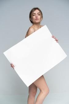 Seksowna naga dziewczyna z plakatem
