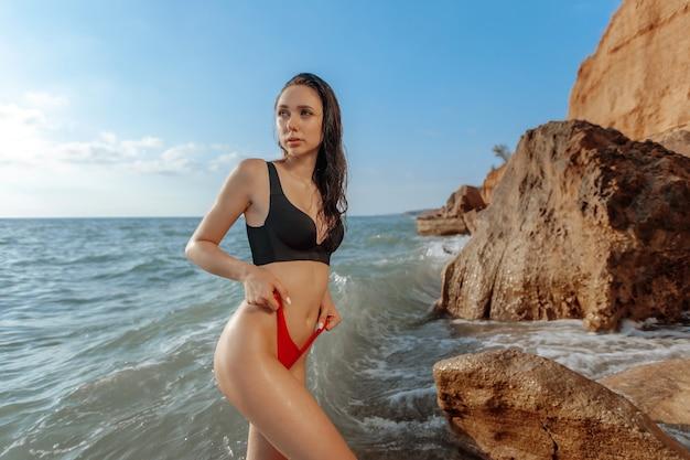 Seksowna piękna dziewczyna na plaży