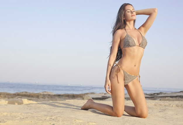 Seksowna piękna kobieta na plaży