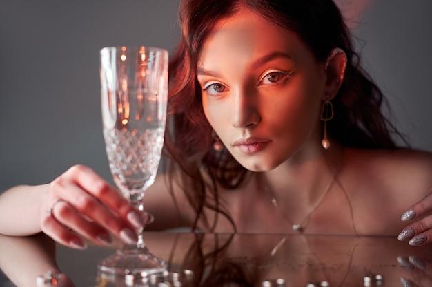 Seksowna piękna kobieta o brązowych włosach. kolczyki pierścionki z biżuterią. idealny portret kobiety. wspaniałe włosy i ładne oczy. naturalne piękno, czysta skóra. włosy mocne i gęste