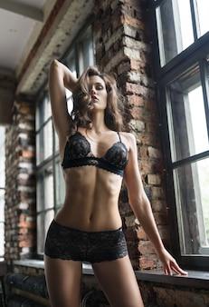 Seksowna piękna kobieta w czarnych bieliźniach