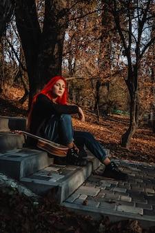 Seksowna piękna rudzielec dziewczyna z wspaniałymi długimi włosami.
